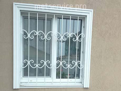 Біла решітка на вікно