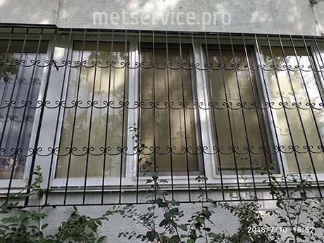 Виступаючі решітки на балконі вікна