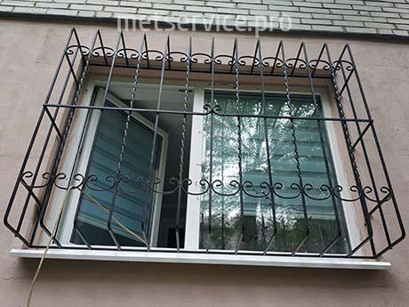 Решітка на вікна з П-образним виносом