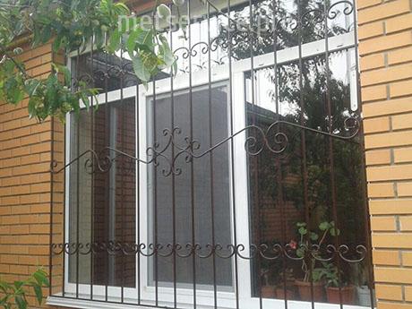 Решітка на вікно з кованими елементами