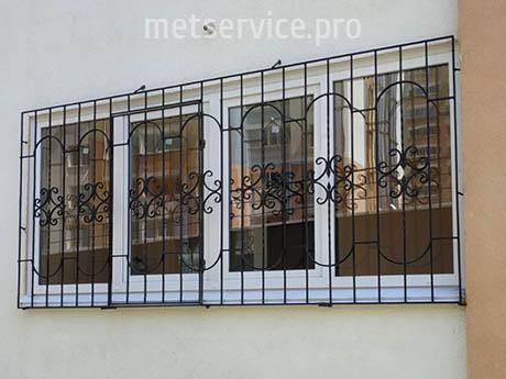 Решітка на вікна з дверцею