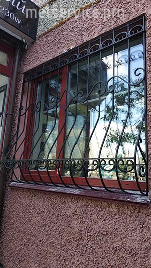 Чорна кована решітка на вікно