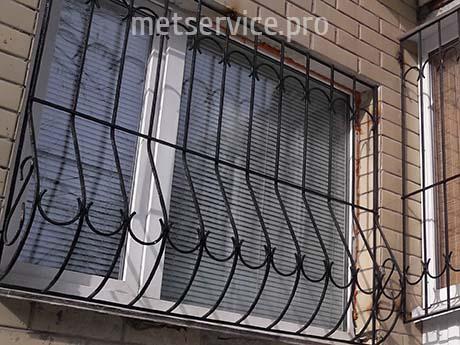 Віконна решітка з напівколами