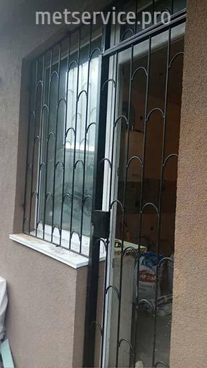 Решітка на балконні двері