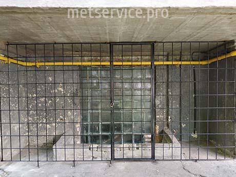 Пряма решітка з дверима під балкон