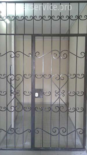 Решітчаті двері на сходову площадку