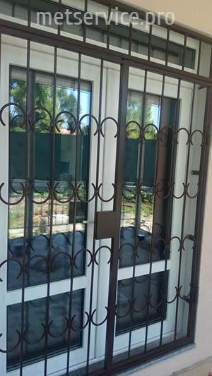 Захисні решітки на двері з замком